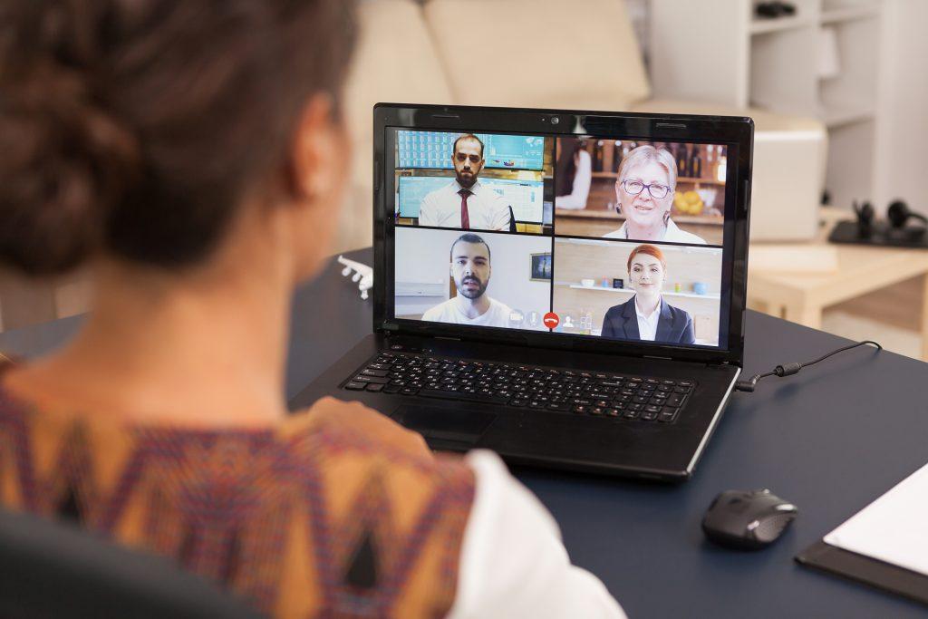 Ragazza che fa una videochiamata con i colleghi di lavoro
